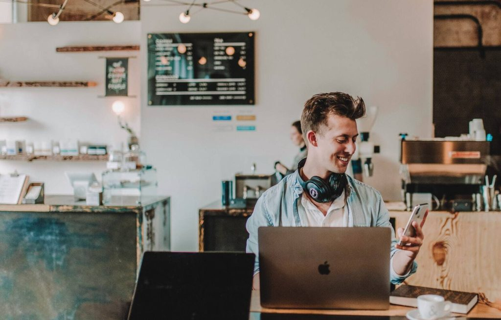 Setting up an online business- work from a coffee shop